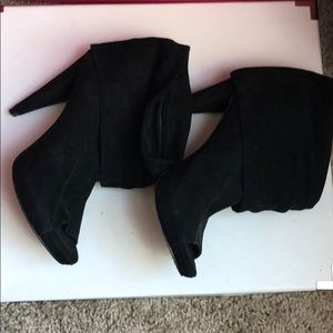 Sexy black suede open toe booties by Vince camuto!